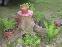 Примените пни деревьев в украшении ландшафта. Фото