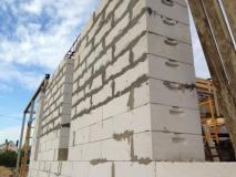 В какое время года и из каких материалов строить дом?