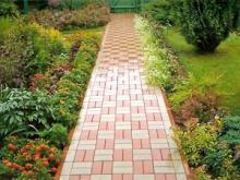Укладка тротуарной плитки на даче для создания садовой дорожки или въезда для авто